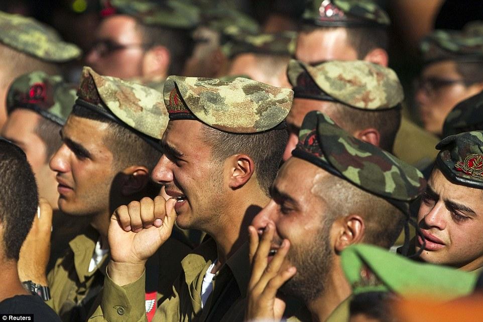 1406651819571_wps_16_Israeli_soldiers_mourn_du.jpg